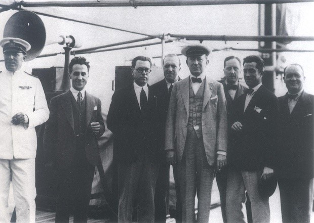 Marconi, junto a supervivientes del Titanic, 1912