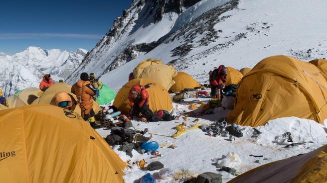 Un campamento en el Everest rodeado de basura