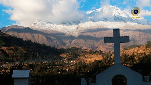 Vista al nevado Huascarán desde el cementerio de Yungay