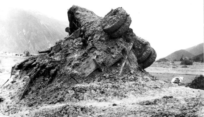 Impactante imagen de un camión arrastrado por el lodo durante el aluvión que asoló Yungay