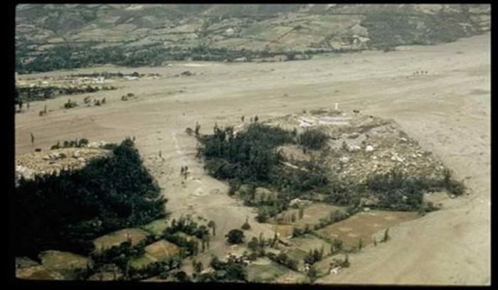 Fotografía inédita captada a pocos días de ocurrida la catástrofe. Se puede apreciar el cementerio donde se salvaron cerca de un centenar de personas