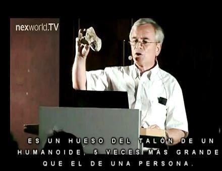 Klaus Dona, exhibiendo parte del esqueleto de Loja, y que nunca regresó al Ecuador
