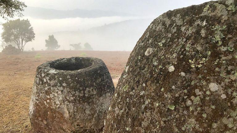 Hallan 137 jarrones de piedra de tres metros de altura denominados «jarrones de los muertos»