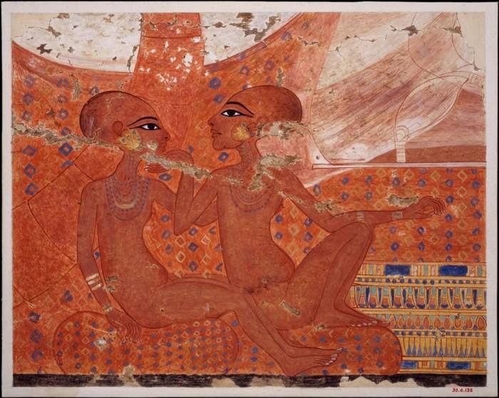 Reproducción de un antiguo cuadro egipcio que muestra a las dos hijas del faraón Akenatón. Las dos princesas llevan collares de cuentas, pulseras y pendientes grandes. Una está acercando la cara de la otra hacia ella