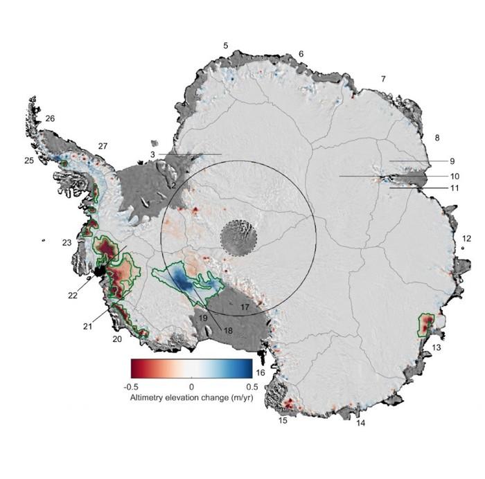 Este mapa muestra los cambios en el espesor de la capa de hielo de la Antártida desde 1992 hasta 2017. El calentamiento de las aguas oceánicas ha provocado que el hielo se adelgace tan rápidamente que el 24 por ciento de los glaciares en la Antártida occidental ahora están afectados. En algunos lugares, el adelgazamiento de los glaciares se ha extendido hacia el interior