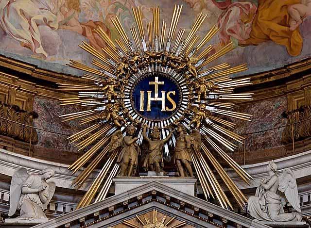 Monograma IHS al tope del altar en iglesia de Roma, Italia