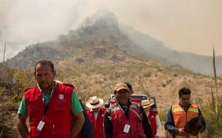 Voluntarios siguen intentando combatir los incendios forestales en Villa de Reyes
