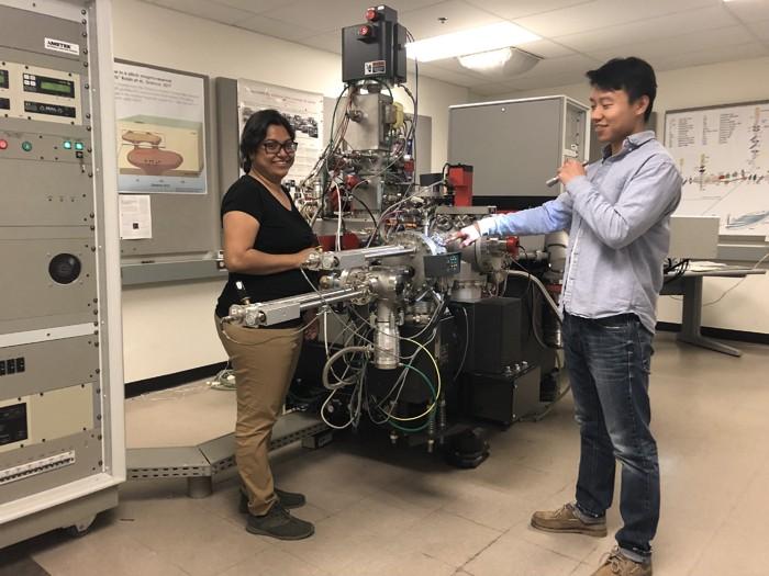 Ziliang Jin (derecha) y Maitrayee Bose (izquierda), cargando las muestras de Itokawa en la cámara de alto vacío del instrumento NanoSIMS 50L en ASU