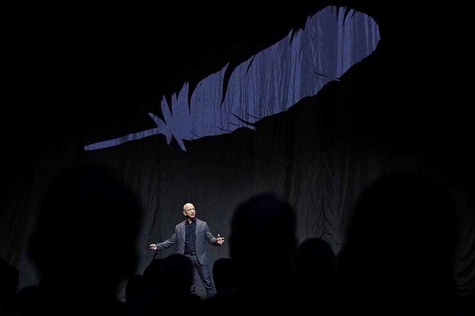 Jeff Bezos durante la presentación, hoy jueves 9 de mayo