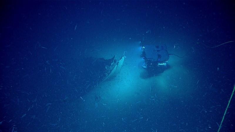 ROV Deep Discoverer acercándose a la proa del naufragio