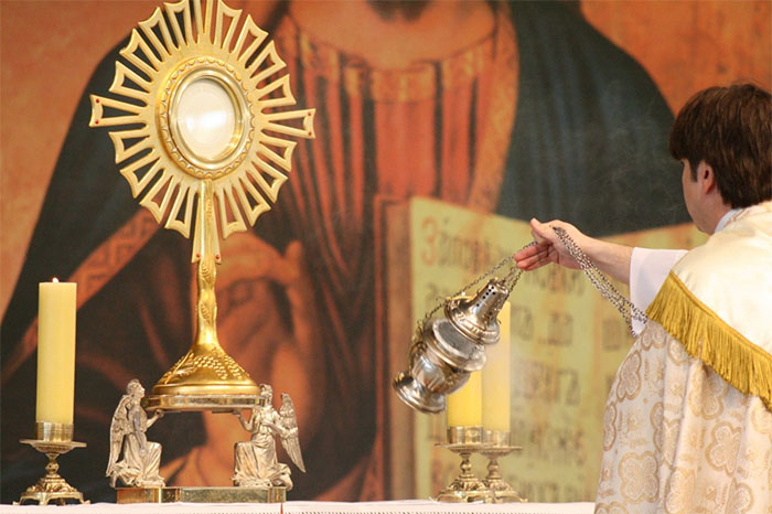 Ostensorio, una pieza de oro importante donde se coloca la hostia. Se nota la simbología solar