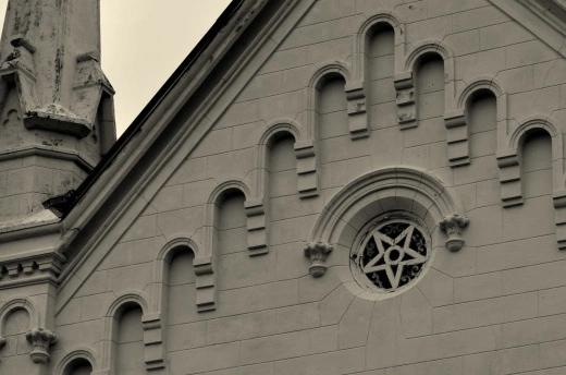 Pentagrama invertido en la Primera Iglesia Presbiteriana, en Apache, Texas