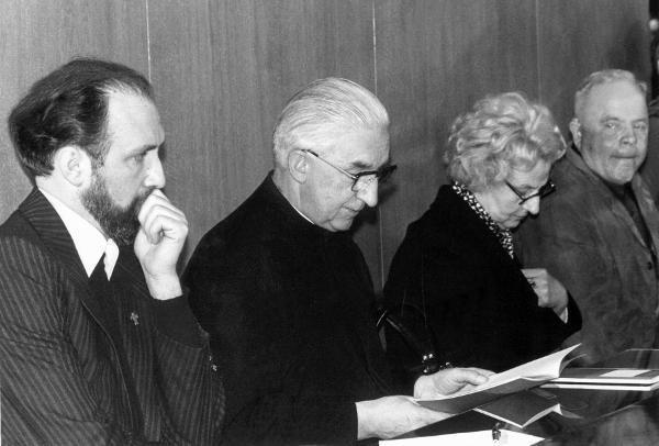 El pastor Ernst Alt, el sacerdote Arnold Renz y los padres de Anneliesse