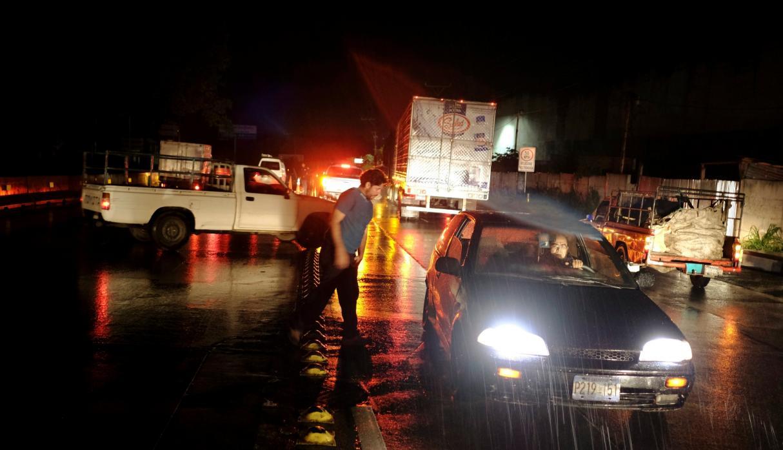 La carretera principal fue cerrada debido al sismo y se ha emitido una alerta de tsunami