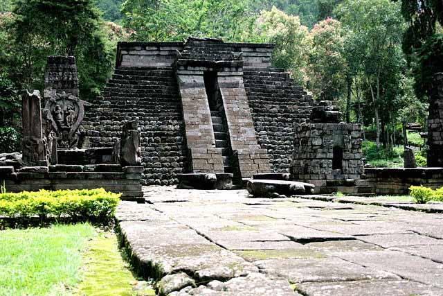 Pirámide del templo hinduista de Candi Sukuh, en Java, Indonesia