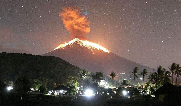 Volcán Monte Agung en Bali entra en erupción lanzando lava y rocas