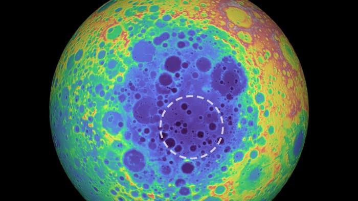 Este gráfico de color falso muestra la topografía del lado opuesto de la Luna. Los colores más cálidos indican una topografía alta y los colores más azules indican una topografía baja. La cuenca del Polo Sur-Aitken (SPA) se muestra en tonos de azul. El círculo discontinuo muestra la ubicación de la anomalía de masa debajo de la cuenca