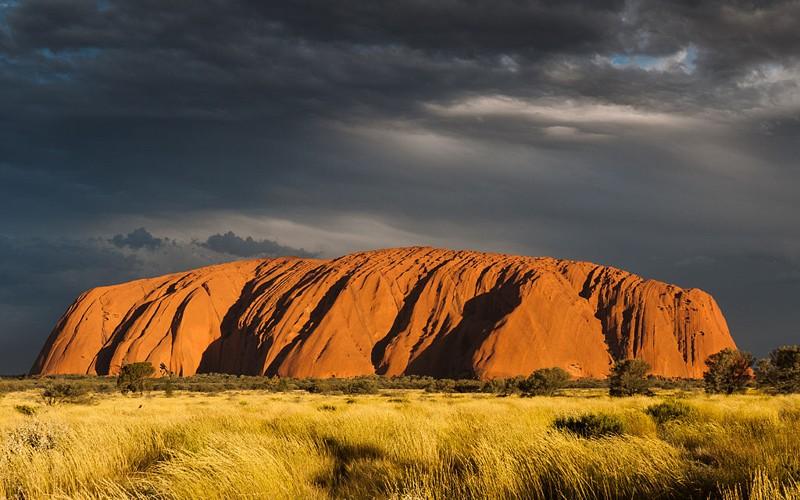Uluru, en el Territorio del Norte de Australia. Anteriormente conocido como Ayers Rock, y no son los restos de un árbol gigante