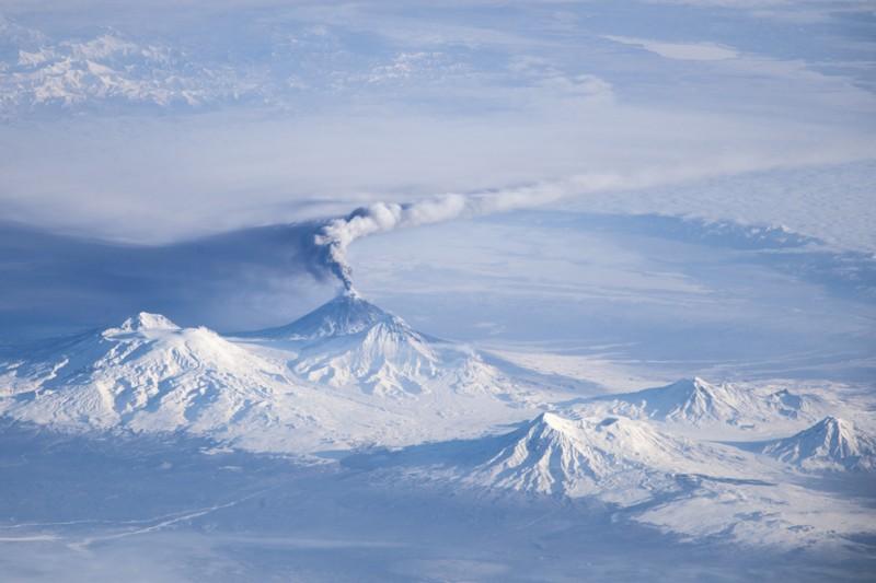 Volcán Udina (izquierda) es parte de un complejo de volcanes en Rusia