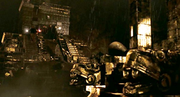 Fotograma del film, La Leyenda del Tesoro Perdido 2. El Libro de los Secretos, 2007. La Construcción recuerda, lo narrado sobre Akakor