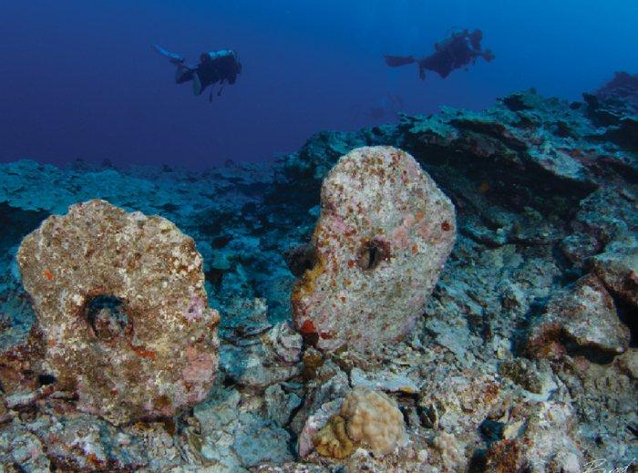 Piedras rai sumergidas en la costa de Yap