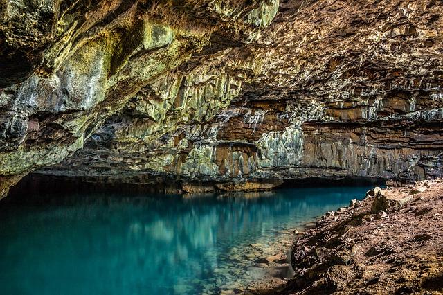 Una cueva con agua subterránea