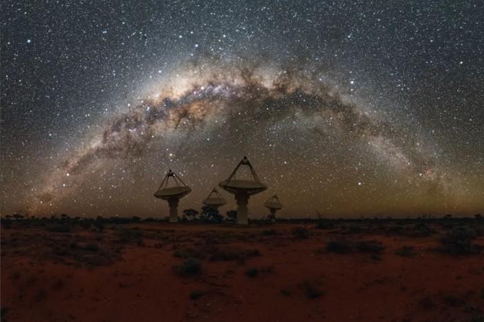 Antenas del SKA Pathfinder australiano de CSIRO con la cabeza de la Vía Láctea