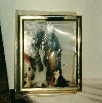 Retrato de Estefanía misteriosamente quemado en el interior del marco