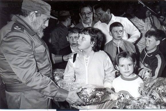 Fidel Castro recibiendo el avión con los primeros 139 niños provenientes de Ucrania