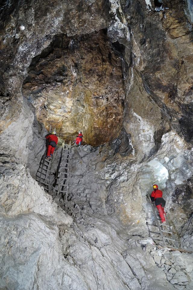 Abren al público «La Geoda» una enorme cueva de cristales en España