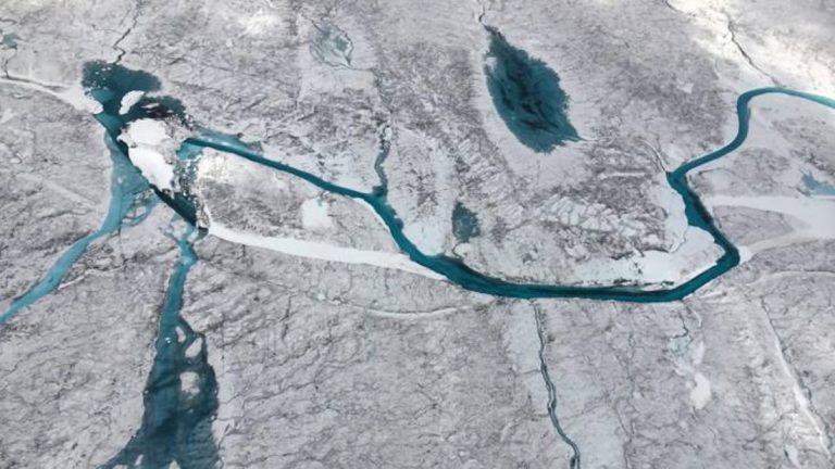 Imagen que muestra la superficie derretida en la capa de hielo de Groenlandia