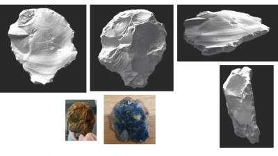 Los investigadores encontraron dos artefactos de piedra que se cree sirvieron para hacer herramientas, uno de los cuales era una pequeña pieza de pedernal y otra una pieza más grande rota desde el borde de un martillo de piedra