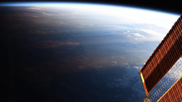 Impresionante foto de la Tierra desde el espacio revela donde el día se convierte en noche