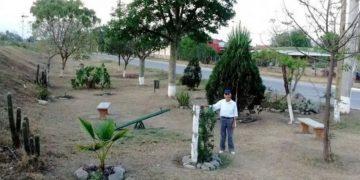 La historia del hombre de 83 años que limpió un terreno lleno de basura y construyó una plaza