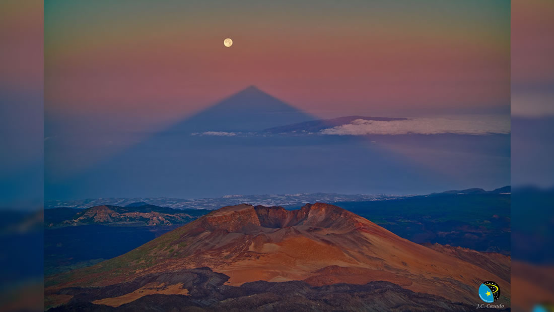 La sombra de este volcán forma un triángulo misterioso y perfecto