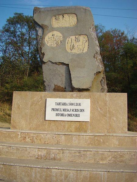 Recordatorio, homenajeando el hallazgo de las Tablillas de Tartaria. Actualmente importante atracción turística, Transilvania, Rumania, 2011