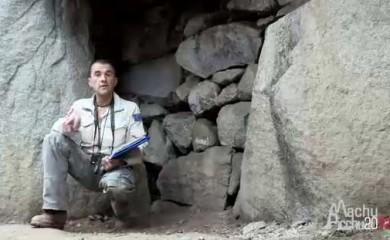 El controversial explorador francés Tierry Jamín, junto a la llamada Puerta Secreta de Machu Picchu