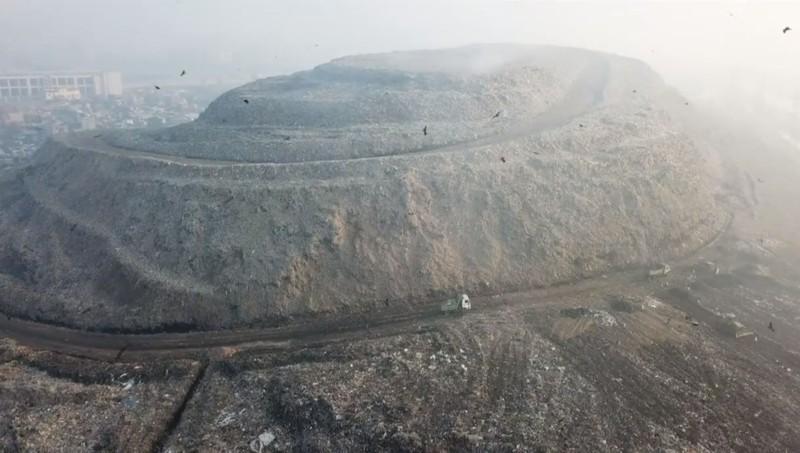 La gigantesca montaña de basura en la India, apodado el «Monte Everest»