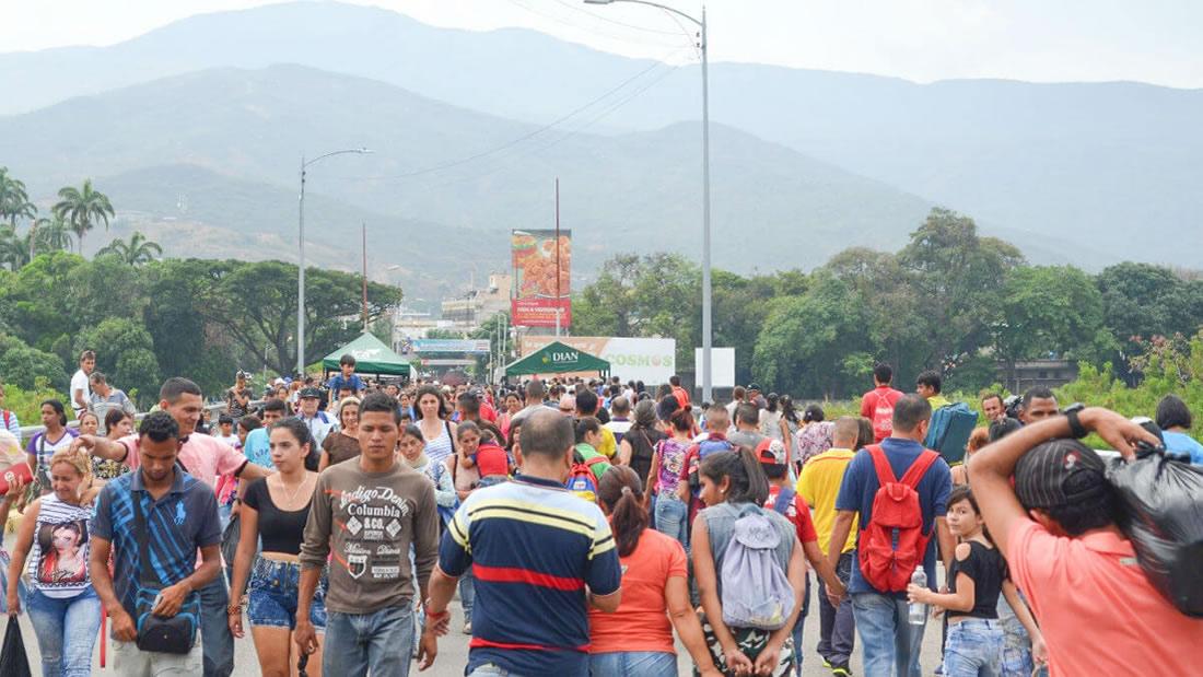 «Paren de parir»: periodista propone control de natalidad a migrantes venezolanos y es acusada de xenófoba