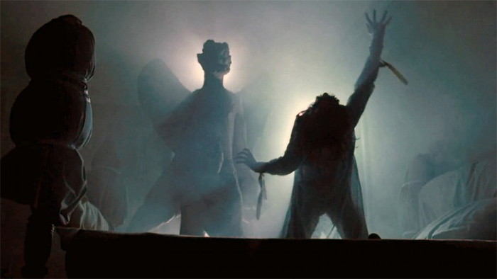 Escena de El Exorcista con una estatua grande de Pazuzu