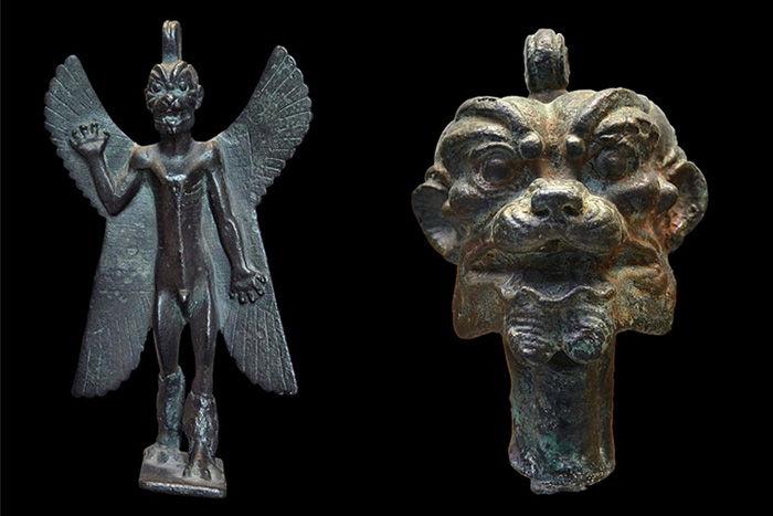 Izquierda: estatuilla de Pazuzu en el Museo del Louvre (Primer Milenio a. C.). Derecha: cabeza de bronce en el Museo Británico (900-612 a. C.)