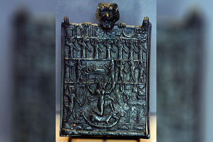 Placa de protección contra Lamashtu. La cabeza de Pazuzu se observa arriba