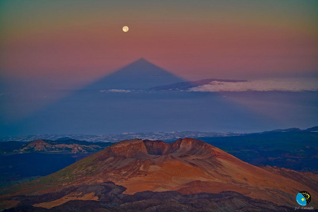 En una foto del Teide en las Islas Canarias, el volcán inactivo proyecta una sombra extraña