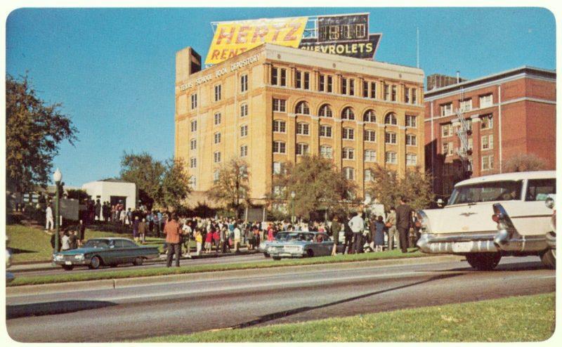 Texas School Book Depository, el edificio desde donde se hicieron los que acabaron con la vida de JFK, y propiedad de Harold Byrd, multimillonario texano, que promocionó a Byrd en sus expediciones polares