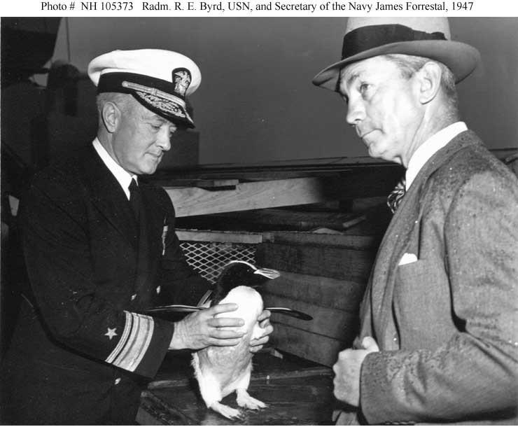 Fotograma de 1947 donde se observa al Amirante Byrd con un pingüino, retratado junto al malogrado secretario de defensa James Forrestal, promotor de la expedición High Jump
