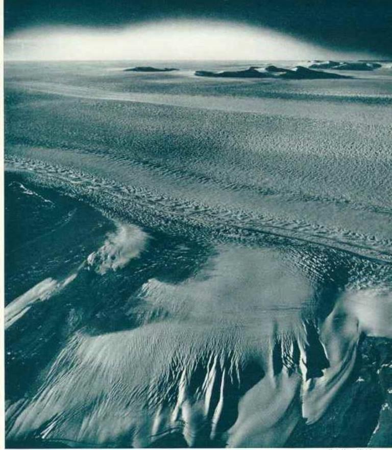 Fotograma que aparece en el número de The National Geographic 1947, y donde fue captada, extraña luminosidad, durante la expedición High Jump. ¿Aurora Boreal, o La Tierra Más Allá del Polo?