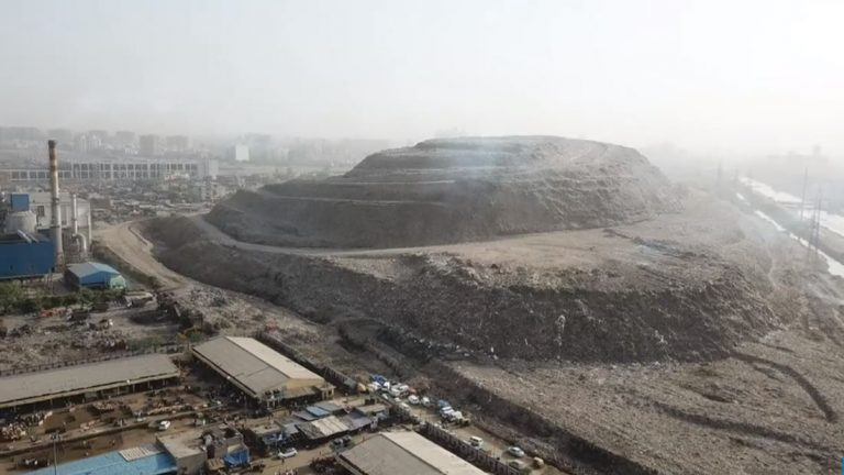 Una montaña de basura en la India es tan grande que necesitará luces de advertencia para aviones
