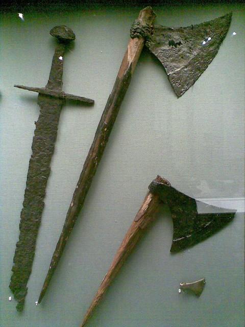 Espadas y hachas vikingas del museo arqueológico de Dublín