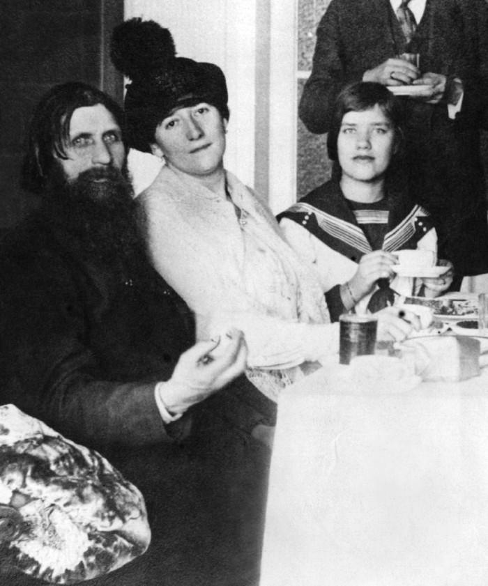 Esta fotografía de Grigori Rasputin con su esposa y su hija Matryona (María Rasputina), a la derecha. San Petersburgo, 1911