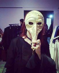 Posando esta escritora con una máscara medieval, 2018